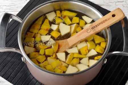 В кастрюле соединить воду (2 литра), айву и сахар (250 г). Довести до кипения. Убавить огонь и готовить под крышкой 10 минут.