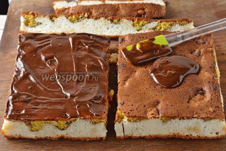 Шоколадную промазку условно разделить на 3 части. Смазать каждый пласт шоколадной промазкой (со стороны желткового слоя).
