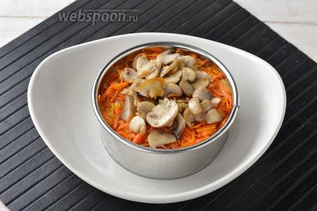 При подаче можно воспользоваться формировочным кулинарным кольцом: выложить в кольцо 6-7 столовых ложек горячей кукурузной каши. Сверху — 2 столовых ложки морковно-луковой смеси, а на неё — 2 столовых ложки подготовленных шампиньонов.