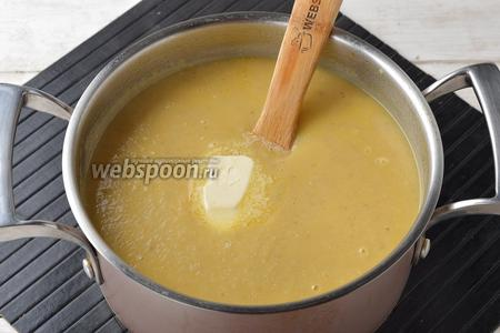 Добавить сливочное масло (1 ст. л.) и довести, помешивая, до кипения. Снять картофельный суп-пюре с огня.