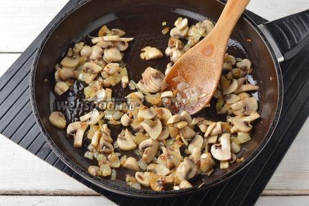 Готовить, помешивая, 10-12 минут. Отложить 3-4 столовых ложки грибной смеси для подачи.