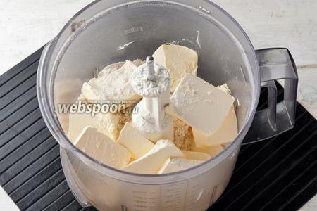 В чаше кухонного комбайна соединить просеянную муку (280 г), сахар (150 г) и нарезанное сливочное масло (200 г) комнатной температуры.