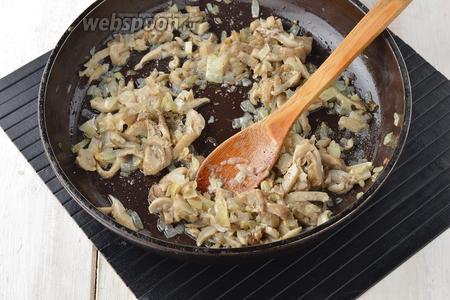 Жарить, помешивая, до испарения влаги (приблизительно 5-6 минут). Приправить солью (0,2 ч. л.) и чёрным молотым перцем (0,2 ч. л.). Охладить.