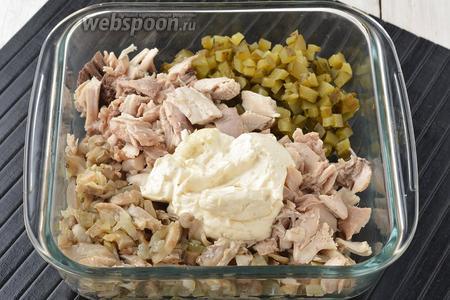 Соединить солёные огурцы, подготовленное мясо, лук с вёшенками, майонез (3 ст. л.). Перемешать. Ещё раз проверить на соль.