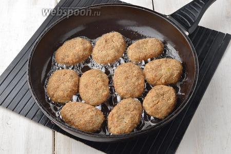 Обжарить котлеты на горячей сковороде с подсолнечным маслом (3 ст. л.) с обеих сторон до золотистой корочки.