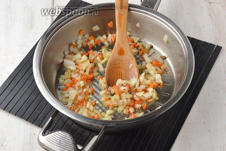 1 луковицу и 1 морковь очистить, нарезать мелкими кубиками и обжарить на подсолнечном масле (2 ст. л.) 2-3 минуты.