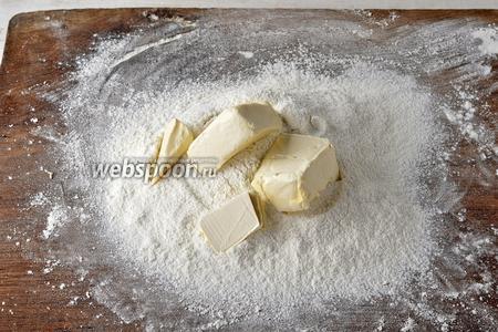 300 г муки просеять с разрыхлителем (2 ч. л.). Добавить мягкое масло (100 г), 50 граммов сахара и растереть всё руками в крошку (быстро).