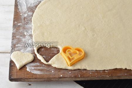 На слегка подпылённой мукой доске раскатать тесто толщиной 0,3-0,5 сантиметра. Формочкой вырезать печенье.