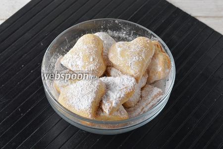 Готовое печенье по желанию посыпать со всех сторон сахарной пудрой (3 ч. л.).