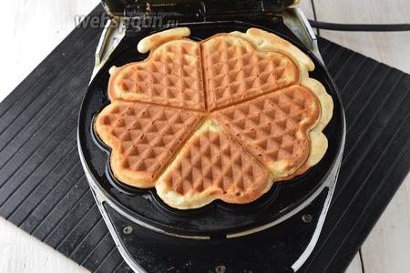 Вафельницу разогреть. На середину вафельницы выкладывать по 3 столовых ложки теста. Закрыть крышку и готовить вафли до золотистого цвета (приблизительно 4-5 минут).