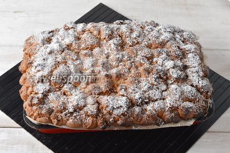 Готовить в предварительно разогретой до 180°С духовке приблизительно 50 минут. Украсить верх сахарной пудрой (1 ч. л.). Перед подачей нарезать пирог небольшими квадратными или прямоугольными кусочками.