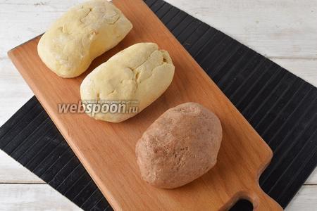 Разделить тесто на 3 равных части (каждая часть будет весить приблизительно 300 г). К одной части подмешать какао (2 ст. л.) и воду (1 ст. л.). Завернуть каждую часть теста в пищевую плёнку и отправить в морозильную камеру на 30-45 минут.