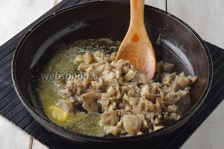 Выложить вёшенки в сковороду вместе со сливочным маслом (1 ст. л.) и прогреть 3 минуты.