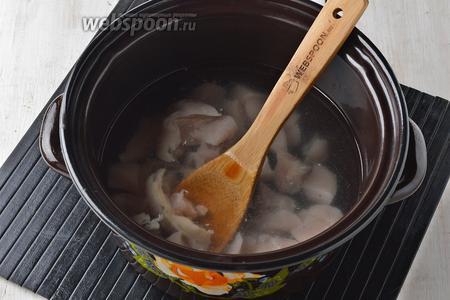 Куриное филе (300 г) промыть, нарезать небольшими кусочками и отварить в воде с солью (1 ст. л.) 15 минут.