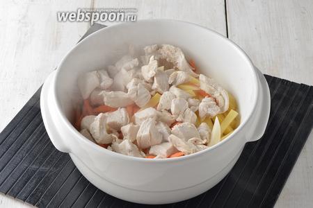 В казанок, горшочек или жаропрочную кастрюлю выложить подготовленные грибы с луком, картофель, морковь, куриное филе.