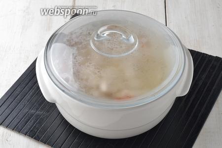 Накрыть крышкой и отправить в предварительно разогретую до 180°С духовку на 1 час.