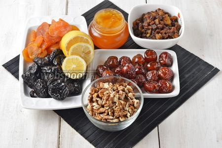 Для работы нам понадобится курага, изюм (без косточек), орехи грецкие, лимон, чернослив, финики, мёд.