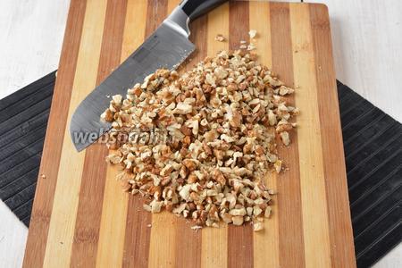 1 стакан орехов порубить ножом.