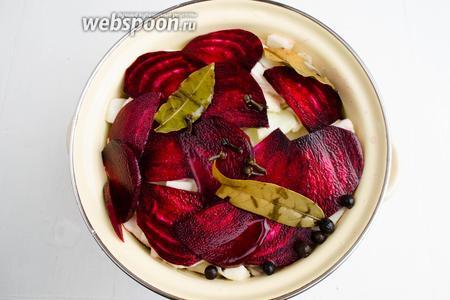 Залить капусту со свёклой остывшим рассолом.