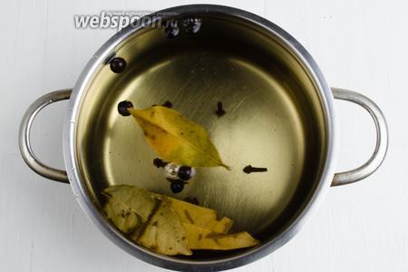 Вскипятить 1 литр воды, добавить 1 столовую ложку соли с горкой и 1 десертную ложку сахара. Размешать.  Добавить пряности: лавровый лист (2 штуки), душистый перец (7 штучек), гвоздику (7 штук). Несколько минут дать покипеть. Остудить. Возможно, вам понадобится 1,5 или 2 порции рассола. Всё зависит от посуды, в которой вы будете квасить капусту.