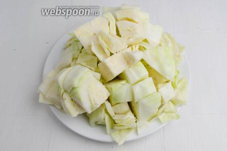 Кочан капусты (2000 г) очистить от верхних листьев. Разрезать пополам. Каждую половинку капусты нарезать не очень крупными кусками, чтобы удобно было наколоть вилкой.