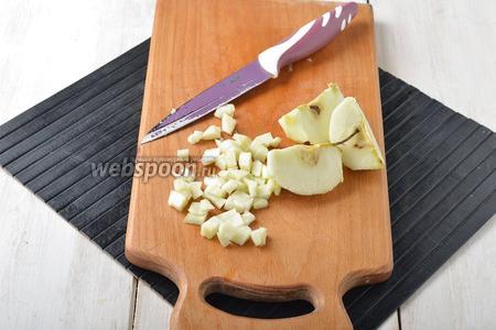 1,5 яблока очистить от кожуры и сердцевины. Нарезать небольшими кубиками.