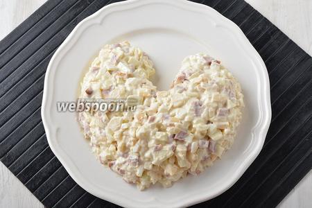 На большом, плоском блюде выложить салат в виде тела петушка.