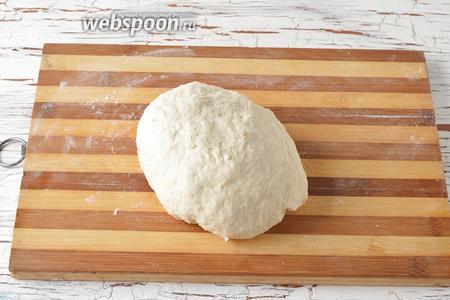 Замесить тесто. Тесто должно получиться мягким и немного липнущим.