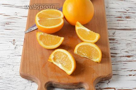 350 г апельсинов хорошо промыть в горячей воде.  Разрезать апельсины на дольки и удалить косточки.