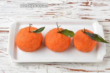 Украсить закуску листьями мандаринов или зеленью. Закуска «Мандаринки» готова к подаче.