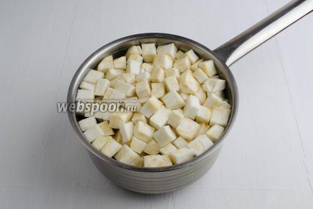 Перед тем как замариновать корень, нужно опустить подготовленные кусочки на 3 минуты в кипящий солёный раствор: вода (1 литр), соль (30 г), сахар (15 г), сок лимонный (2 ст. л.).