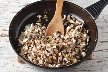 1 луковицу и шампиньоны очистить и нарезать небольшими кусочкам. Обжарить их в сковороде на подсолнечном масле (2 ст. л.) 7-8 минут.