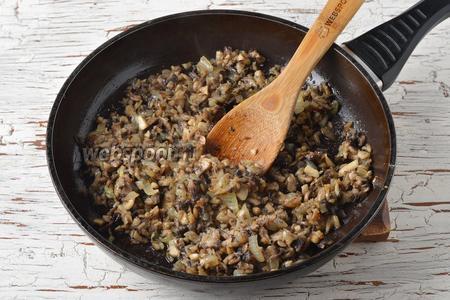 В конце жарки добавить очищенный и пропущенный через чесночницу чеснок (2 зубчика). Приправить солью (0,2 ч. л.). Перемешать. Охладить.