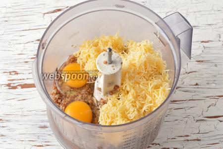 Поместить готовую гречневую кашу, 2 яйца и натёртый на мелкой тёрке сыр (75 г) в чашу кухонного комбайна (насадка металлический нож).