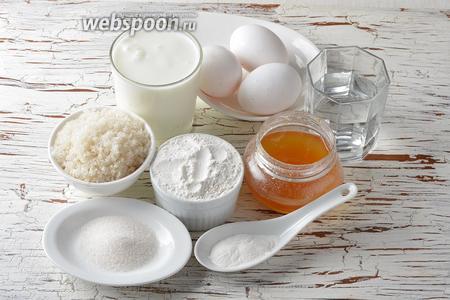 Для работы нам понадобятся панировочные сухари, кефир, сахар, пшеничная мука, яйца, разрыхлитель, вода, мёд, ванильный сахар.