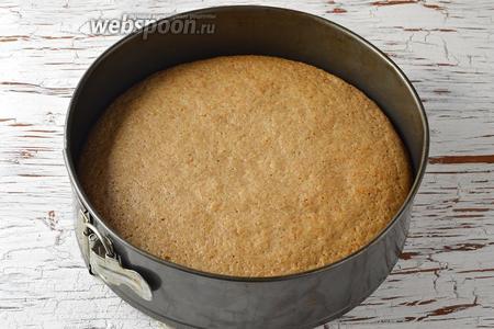 Готовить в предварительно разогретой до 180°С духовке 35-40 минут (до сухой лучинки).