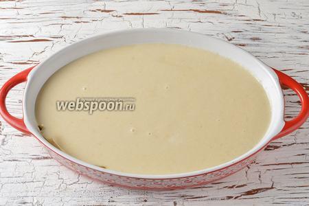 Форму выложить кулинарной бумагой для запекания в духовке. Вылить тесто в форму.