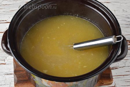 Когда картофель будет готов, влить в кастрюлю яйцо, тщательно помешивая. Варить суп ещё 5 минут.
