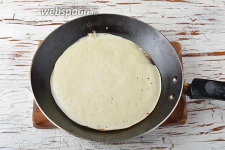 Хорошо разогреть сковороду с антипригарным покрытием.  Равномерно распределить небольшое количество теста по сковороде (чтобы тесто очень тонким слоем покрыло дно). Как только верхняя поверхность блина станет матовой и покроется дырочками, перевернуть блин и дожаривать на другой стороне.