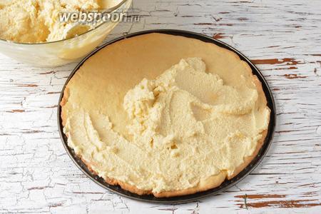Разделить крем на 7 частей. Смазать каждый остывший корж, верх и бока торта кремом.