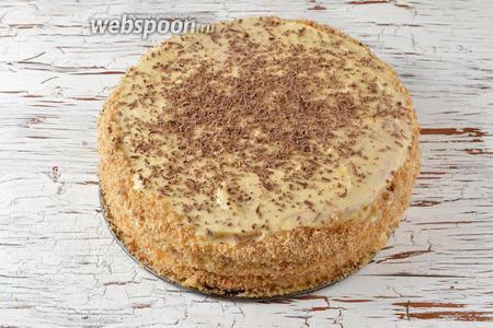 Бока и верх торта оформить по своему желанию. У меня бока обсыпаны бисквитной крошкой (50 г), а сверху — натёртый шоколад (25 г). Торт перед подачей должен настояться в холодильнике минимум 12 часов для хорошего пропитывания коржей. Торт Лимонник готов.