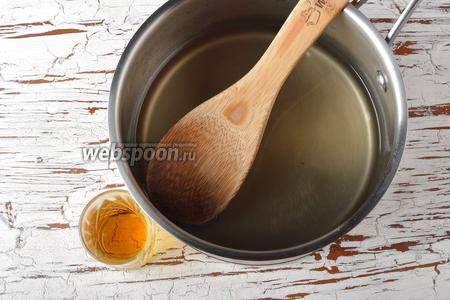 Снять сироп с огня и полностью охладить. Вмешать ром (1 ст. л.).
