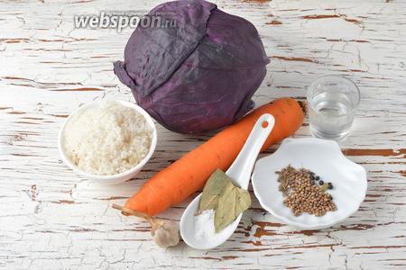 Для работы нам понадобится краснокочанная капуста, морковь, чеснок, вода, соль, сахар, семена кориандра, тмин, чёрный перец горошком, лавровый лист.