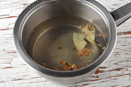 В кастрюле соединить воду (0,5 литра), сахар (2 ст. л.), кориандр (1 ст. л.), тмин (0,5 ст. л.), чёрный перец горошком (0,5 ст. л.), 2 лавровых листа. Довести до кипения и проварить 2-3 минуты. Добавить яблочный уксус (120 мл) и ещё раз довести до кипения.
