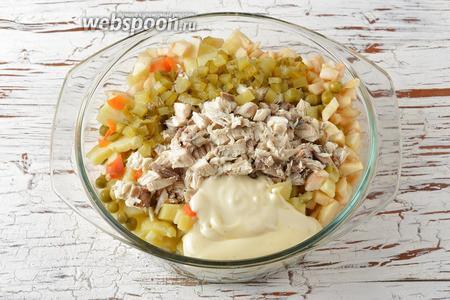 Соединить морковь, картофель, яйца, яблоко, лук, консервированный горошек (150 г), скумбрию, нарезанный мелкими кубиками солёный огурец (50 г), майонез (150 г). Перемешать. Приправить солью (0,5 ч. л.).