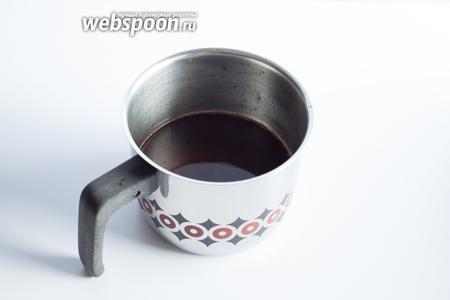 В горячий кофе всыпаем сахар (в моём случае 24 чайные ложки) и оставляем его остывать до комнатной температуры. Лучше делать это в широкогорлой ёмкости — потом лёд будет удобнее извлекать.