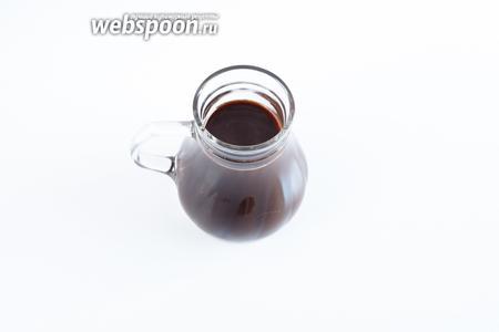 Результат сервируют не в кофейниках, а в прозрачных кувшинах, как холодный напиток. Употребляют его холодным, кувшин может стоять во льду. Вкус ледяного кофе иной, чем у  фраппе  и других холодных  кофейных коктейлей с дроблёным льдом , про консистенцию, я думаю, и говорить нечего — это очевидно.