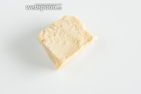 Однако smacafam — это всё таки не омлет. Это — очень плотный и сытный пудинг. Вокруг каждого кусочка колбасы образуется капсула со вкусным соком. Ну, и ещё очень хороша на вкус внешняя запечённая корочка. А вот когда съедено всё самое вкусное, там в сердцевине остаётся ещё солидное количество вот такого вот вещества. Оно плотное, как полента или мамалыга, но на основе из пшеничной муки. Так вот, этому пудингу имеет смысл дать полностью остыть и сохранить его в холодильнике до следующего дня. Таким образом получается вкусный гарнир к жареному мясу или какому-нибудь нажористому соусу, а то и просто в суп это покидать можно, нарезав на кубики. А можно слегка обжарить. Короче, вариантов применения масса.
