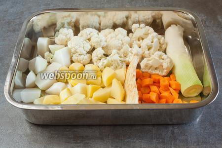 За несколько минут до окончания варки мяса, чистим и режем картошку, морковь, кольраби (ну, и вообще всё то, что требует чистки и резки, то есть то, что пойдёт в еду). Лук и сельдерей, если вы его есть не собираетесь, не режьте — так их удобнее выловить и выбросить будет.