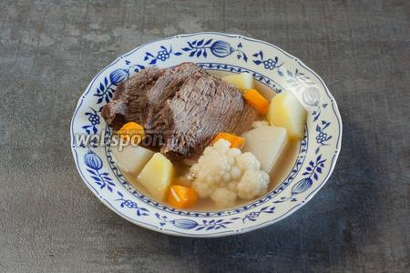 В тарелку укладываются куски мяса (обязательно 2-3 на порцию), вареные овощи (много) и выливается бульон (не очень много). После того, как из бульона вылавливается мясо и все овощи, он повторно используется для приготовления каких-то других блюд — у тафельшпица очень хороший и вкусный бульон, но его всегда получается больше, чем нужно для сервировки этого блюда по правилам. На стол тафельшпиц подаётся обязательно с ножом, ложкой и вилкой, в процессе его поедания используется всё. К этому блюду всегда подаётся соус из хрена. Подаётся отдельно, в соуснике, а не в тарелке вместе с остальными компонентами. В Баварии это обычно или простой хрен, или сливочный. В Вене — яблочный хрен или хрен с хлебным мякишем и прижаркой из шкварок сала. В общем, немецкая сервировка: тафельшпиц в глубокой тарелке, нож, вилка, ложка и хреновый соус отдельно. А вот венская — о-о! Там это действительно «венец стола»! В Вене, кроме глубокой тарелки с тафельшпицом и соусника с хреном, подаётся ещё мелкая, но большая тарелка с картошкой (вареной, пюре или жареной, или этакой помесью из вареной и жареной, или картофельными оладьями), соус с зелёным луком (бульон, загущенный заваренной мукой, с мелко нарубленным зелёным луком), и иногда ещё  фасолевый салат , но не просто так, а непременно с укропом. И вот только тогда, это будет тафельшпиц по-венски, на меньшее там не согласны! Ну, и ладно! За то в Баварии пиво лучше! ;)